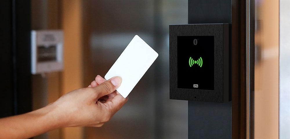 Kontaktlose Zutrittskontrolle mit RFID und Bluetooth von 2N